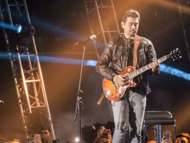 Ian Veneracion performs st D4niel Back at the Araneta